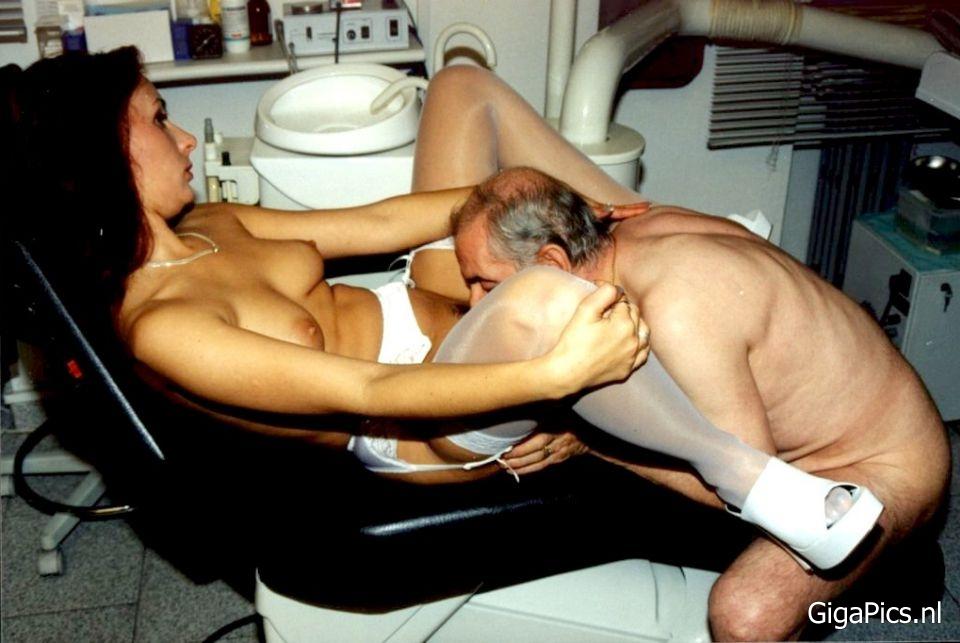 Oude kerel beft een patiënte