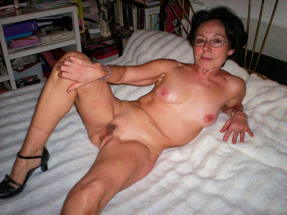 Oma verlangt naar een stijve piemel in haar oude poes